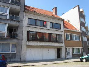Zeer ruime gezinswoning met grote werk/stockageplaats van 125 m². Gelegen bij Sint Jan, omvattende: grote living, bureel, keuken, terras/veranda,