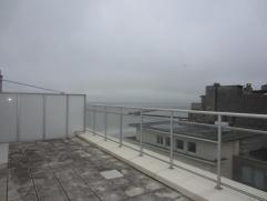 Gezellige dakstudio met zijdelings zeezicht en groot zonneterras - 10e verdieping - veranda uitgevende op hinterland, op te frissen. Verhuurd op jaarb