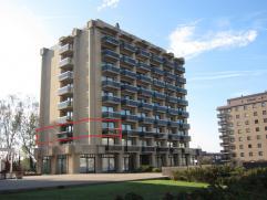 Schitterend gelegen hoekappartement in standingvol gebouw, 2Â verdieping, omvattende, living met zeezicht, open keuken, ruime hall, badkamer, be