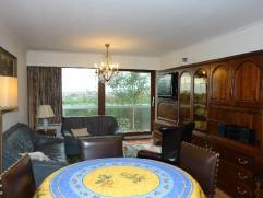 Comfortabel hoekappartement nabij de zeedijk te Mariakerke, 3de verdieping: ruime inkomhall, mooie woonkamer met zonnige terrassen, afzonderlijke keuk