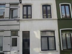 Centraal gelegen rijwoning. Te renoveren. Nieuwe ramen in PVC met dubbel glas. 3 verdiepingen en kelderverdieping. 3 slaapkamers en 1 zeer ruime badka