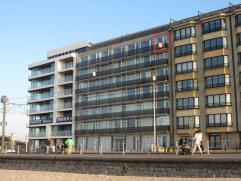 gemeubelde studio met frontaal zeezicht te Raversijde, 6Â verdieping, omvattende: living uitgevend op terras, open keuken, badkamer met ligbad,