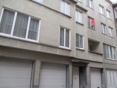 Instapklaar appartement in hartje Oostende. Er is een living op de hoek met veel lichtinval. De keuken is ingericht en er is plaats voor een wasmachin