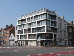 Recent ruim hoekappartement (2013) met grote living met zonneterras, ingerichte keuken, gelegen op de 1e verdieping, 2 slaapkamers met terras. Berging