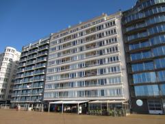 Instapklaar appartement met zicht op zee en terrasje voor.  Er is een ruime living, een half ingerichte keuken,badkamer met ligbad en 2 ruime zonnige