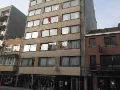Ruime studio (36m²) dicht bij Petit Paris en op slechts 5 min. van de zeedijk, gelegen op de 4e verdieping.Op te frissen.  Fietsenberging - Zeer