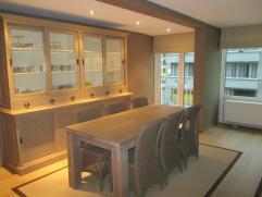 Zonnig en kwaliteitsvol vernieuwd appartement met 2 slaapkamers en mooi lateraal zeezicht.  1e verdieping.Prachtig afgewerkt.  Eveneens uiterst goed g