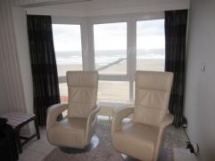 Gezellig appartement met magnifiek uitzicht op zee en strand van Mariakerke, 3e verdieping, Living met zicht op de golfbreker, halfopen keuken, hall,