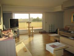 Heel mooi dakappartement met grote zonneterrasen en 2 slaapkamers. Volledig vernieuwd. Gelegen in rustige woonbuurt op Sint-Jan/Vogelzang. Living in p