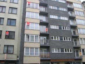 Ruim en zonnig appartement met 2 slaapkamers in recent gebouw bij Petit Paris. Er is een volledig ingericht open keuken en een badkamer met douche.  D
