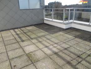 Dakappartement met 1 slaapkamer op de 5de verdieping met prachtige terrassen (vooraan 25m² & achteraan 23m²). Het appartement ligt vlak