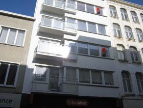Prachtig gerenoveerd twee slaapkamer appartement gelegen in aan de grote markt. Er is een ruime living met eiken parketvloer. Grote ingerichte leefkeu