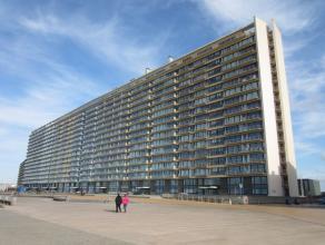 Ruim appartement met 3 slaapkamers en frontaal zicht op zee. Terras vooraan met een prachtig zeezicht en achteraan met een al even mooi zicht op de pa