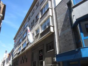 Appartement met 2 slaapkamers vlakbij het Marie-Joséplein en het Wapenplein in het centrum van Oostende, gelegen op het 3de verdiep. Verwarming