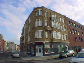 Prachtig luxueus gerenoveerd appartement +/- 150m2 appartement op de eerste verdieping met 3 slaapkamers te Oostende-Vuurtorenwijk.  Er is een ruime l