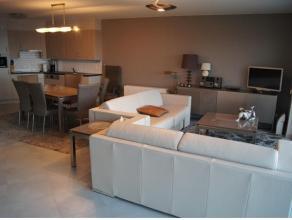 Zeer mooi, modern appartement met prachtig zeezicht in een standingvolle residentie, 5de verdieping: inkomhall met vestiairekast, ruime woonkamer met