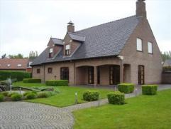Deze villa bevindt zich werkelijk in uitmuntende toestand. Indeling: imposante inkomhal, ruime volledig ingerichte kwaliteitsvolle keuken, ruime livin