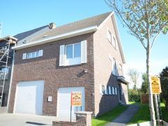 Oostende-Mariakerke, ruim en zeer goed onderhouden half-open-bebouwing met ruime garage met hoge poort, werkplaats en grote zonnige tuin. Deze woning