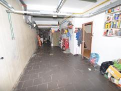 gerenoveerde woning met grote garage of werkplaats , ideaal voor doe-het-zelver . Bevat een ruime garage , mooie living , grote ingerichte leefkeuken