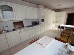Mooie ruime gerenoveerde woning met open zicht en grote garage of atelier van 100m² . Bevat : grote kelder , garage van 18m op 6m met een