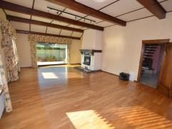 Mooi en goed onderhouden ruime bungalow. Bevat op het gelijkvloers: grote living van 46m² met open haard, inbouw kasten, grote ingerichte