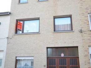 Oostende, goed gelegen, zeer ruim woonhuis met grote koer (tuin) en garage. Bevat: Beneden: zeer grote (diepe) garage, voorkamer, living, keuken, badk