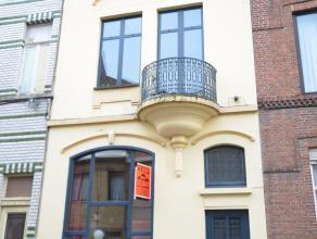 Oostende, karaktervol ruim burgerhuis Bevat: inkomhall met marmeren trap, ruime living met openhaard (inbouw-cassette), ingerichte keuken, badkamer me