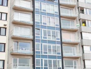 Dit appartement is gelegen op de 1e verdieping van residentie Longchamp omvattende inkomhal met vestiairekast, woonkamer met frontaal zicht op zee en