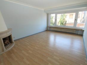 Dit ongemeubelde appartement is gelegen op de 3e verdieping van residentie Mylle en omvat een ruime inkomhall, afzonderlijk toilet, badkamer met ligba