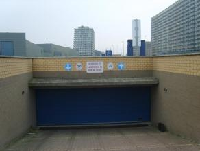 Deze gesloten garagebox met het nummer 57 is gelegen op de ondergrondse verdieping van residentie Wellington, onder Kinepolis Oostende.