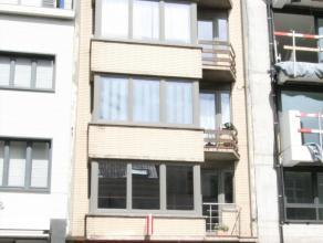 Dit ongemeubelde appartement ligt op de 5e verdieping van een kleine residentie en omvat een inkomhall met afzonderlijk toilet, woonkamer die uitgeeft