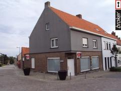 Westrozebeke ? ruime hoekwoning met garage en tuin te koop Westrozebeke: Ruime hoekwoning gelegen in het centrum van het dorp, op wandelafstand van ba