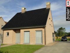 Diksmuide ? Alleenstaande recente woning met garage te huur Alleenstaande villa in deelgemeente van Diksmuide. De woning omvat een inkom met toilet, k