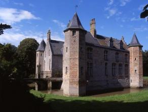 Fantastisch zestiende eeuws kasteel met 3 salons, een ruime keuken, 7 kamers (mogelijkheid tot 10), 4 badkamers, 2 kelders en een ruime garage voor 8