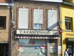 voormalig handelspand en woonst;  3 slaapkamers, mogelijk meer op de zolderverdieping; op 200 meter van de Markt in Veurne; dicht tegen schoo