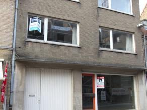 Te renoveren woning met handelsruimte te Gistel;ca 8,70m gevelbreedte, gelijkvloers en 2 verdiepingen;Zeer gunstige ligging in de winkelstraat o