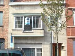 Goed gelegen woonhuis met heel veel mogelijkheden! De woning bestaat uit: - op het gelijkvloers: een ruime inkomhal met apart toilet en toegang tot de