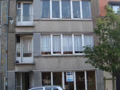Rustig gelegen opbrengsteigendom met3 appartementen bestaat uit:Gelijkvloers appartement: -Inkomhal,- Woonkamer,- Keuken,- Badkamer,- Berging,-&