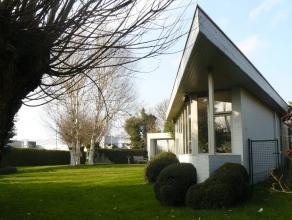 Alleenstaande villa met recent bijgebouwdepraktijkruimte;Geschikt voor diverse vrije beroepen;Prachtigaangelegde enzuidgerichte tuin