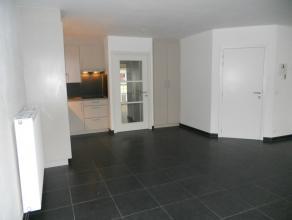 Indeling:ruime woonkamer;open keuken, volledig geïnstalleerd;twee slaapkamers, waarvan een met aanpalend terras;badkamer met ligbad en aparte dou