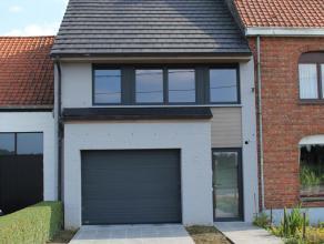 Recente, instapklare woning, stevig en op traditionele wijze gebouwd in 2013, op een perceel bouwgrond van 308 m² , met gevel/perceel breedte van