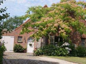 Mooi, verzorgde, welgelegen zonnig georiënteerde woning in een oase van rust, dichtbij alle verbindingswegen. Indeling: Oprit voor meerdere wagen
