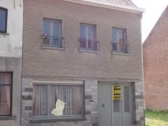 Centraal gelegen te renoveren woning te Diksmuide met zongerichte tuin. De woning omvat ruime living, open keuken, 3 slaapkamers. Met berging en bruik