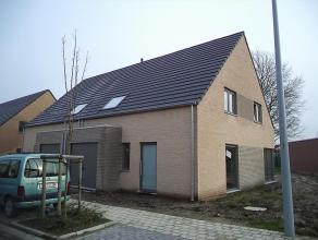 Prachtige nieuwbouwwoning (halfopen) op 360 m² te Ichtegem. Voorzien van inkom, WC, living en open keuken. Verdiep met 3 ruime slaapkamers,grote