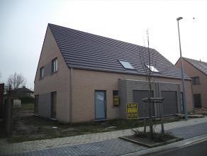 Prachtige nieuwbouwwoning (halfopen) op 531 m² te Ichtegem. Voorzien van inkom, WC, living en open keuken. Verdiep met 3 ruime slaapkamers,grote