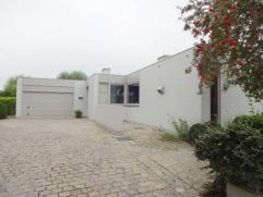 uxe afgewerkte villa op 1850m² te Veurne. De woning omvat ruime woonkamer, eetkamer, ingerichte keuken, garage, 3 slaapkamers, 2 badkamers, dress