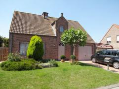 Rustig gelegen villa op 664 m² te Veurne. Omvat inkom, living, keuken, berging, ruime garage, 3 slaapkamers, badkamers, zolder (stapelruimte). Pr