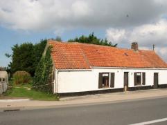 Alleenstaande woning op 517 m² te Zevekote. Te renoveren. Ingedeeld met living, bureel, voutekamer, keuken , badkamer en bergingen. EPC/ (