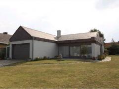 Ruime bungalow in rustige woonwijk in Ichtegem te koop. De woning is ingedeeld met inkom, living, ingerichte keuken, wasplaats, apart toilet, badkamer