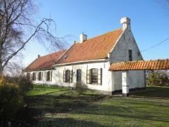 Uniek Landhuis-Restaurant te Pervijze op 1576 m². Te renoveren. Omvat: keukenruimte, bar met restaurant (open haard), sanitaire ruimte, 3